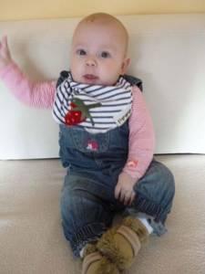 Lilly mit ihrem Erdbeerhalstuch