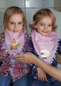 Tamira und Tijara mit ihren neuen Halstüchern, jeweils mit dem Lieblingstier!