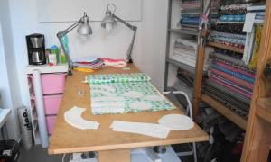 Zuschneidetisch im Atelier