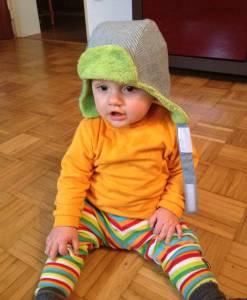 Die kuschlige Wintermütze trägt Benjamin gern auch drinnen!