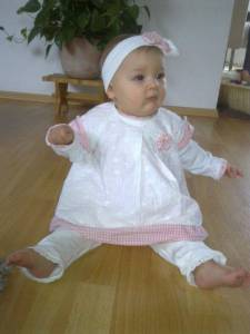 Isabella in ihrem Taufoutfit: Stirnband, Shirt, Tunika und Leggings