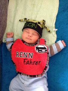 Die Mütze passt Leon schon mal. Bis er das Lätzchen bracht, wächst er sicherlich noch etwas.