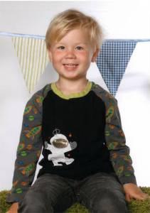 """Liam mit seinem """"Weltraum""""-Shirt"""