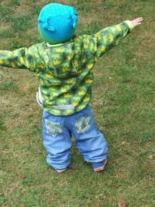 Linus mit Knotenmütze und cooler Jeans von Frogroggas