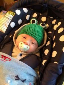 """So sieht ein """"echter Frogrogga"""" aus: Louis mit gehäkelter Froschmütze"""