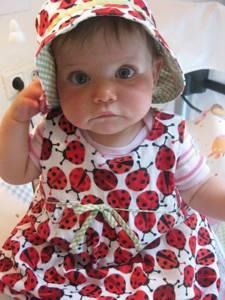 Das große Krabbeln ist Romys Sommeroutfit: Cordkleid mit passendem Sonnehut.
