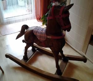 Zu Weihnachten gabs ein Schaukelpferd und Frogroggas durfte es einkleiden