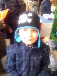 Diese Mütze mit gehäkelter Totenkopf-Applikation ist nur was coole Kids, sowie Simon!