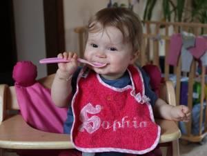 Sophia kann jetzt ordentlich kleckern! Landet ja alles auf ihrem eigenen Lätzchen.