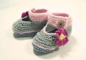 gestrickte Baby-Ballerinas mit Blüte